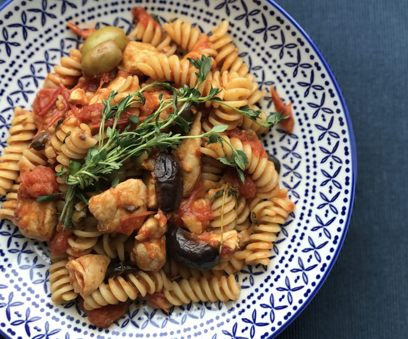 פסטה ברוטב עגבניות טריות, זיתים ונגיסי פילה עוף