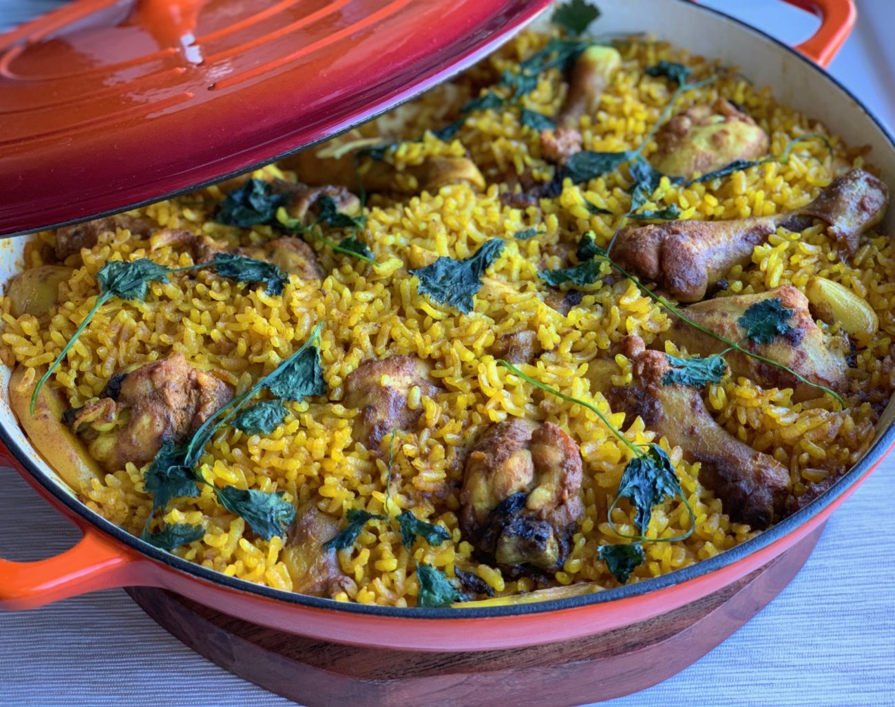 הכל בסיר אחד – עוף עם אורז ותפו״א בכורכום