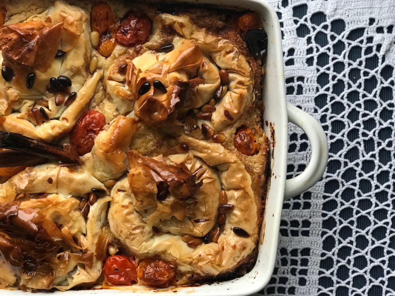 פרחי פילו בשר וחצילים, אפויים בג׳קוזי טחינה, עגבניות שרי צלויות וסילאן